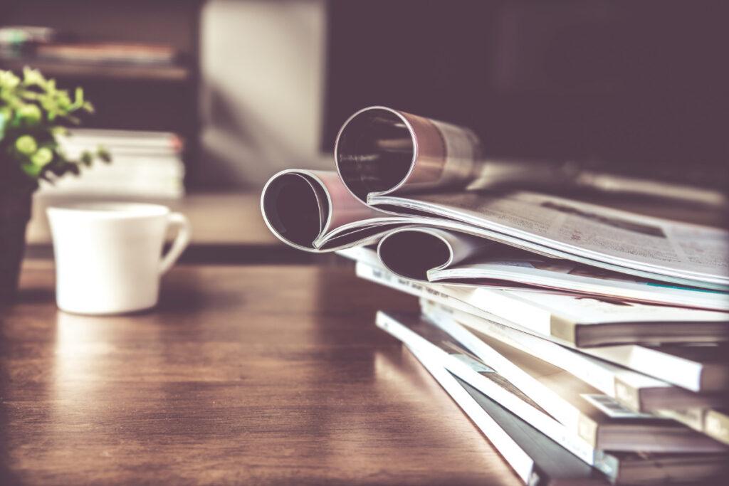 Magazine auf einem Tisch mit Tasse